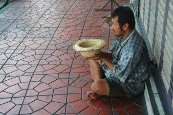 beggar-1016678_640